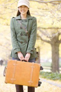 キャリーバッグを持つ女性